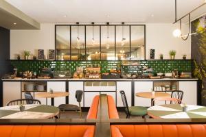 Un restaurante o sitio para comer en Aparthotel Adagio Brussels Grand Place