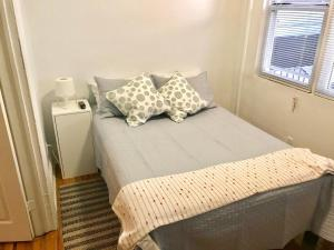 A bed or beds in a room at Luxurious apartment NYC 5 min from LGA Airport