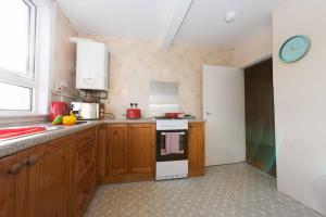 A kitchen or kitchenette at PREMIER - Paisley Road Apartment