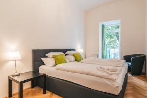 A bed or beds in a room at Duschel Apartments Imperial Living
