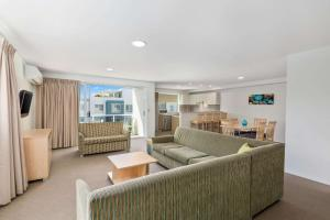 A seating area at Quality Suites Pioneer Sands