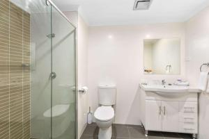 A bathroom at Quality Suites Pioneer Sands