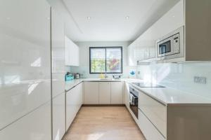 A kitchen or kitchenette at 2bed 2bath on Harley St 6mins to Oxford Circus