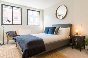 A bed or beds in a room at 2bed 2bath on Harley St 6mins to Oxford Circus