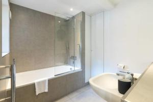 A bathroom at 2bed 2bath on Harley St 6mins to Oxford Circus