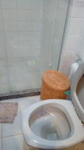 A bathroom at Casa com piscina