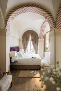 A bed or beds in a room at Casa del Poeta Triana Suite & Homes