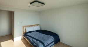 A bed or beds in a room at 아파트