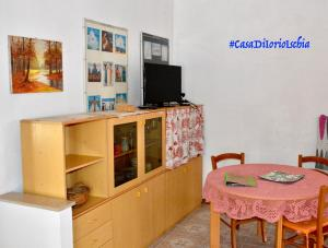 A television and/or entertainment center at Casa Di Iorio Apartments Sant`Angelo