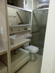 A bathroom at Ponta Verde Suíte