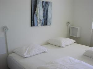 En eller flere senge i et værelse på Hotel Strandvejen Apartment 4