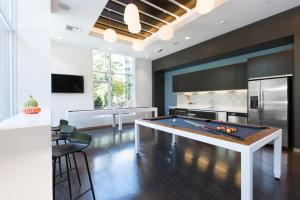 A kitchen or kitchenette at Luxe Hubs High Rise on Pine