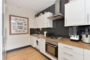 A kitchen or kitchenette at Salisbury Passage