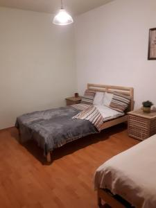 A bed or beds in a room at Apartment in Bucuresti Titan