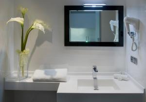 A bathroom at Salamanca Suite Studios