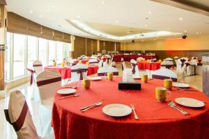 A restaurant or other place to eat at TIME Dunes Hotel Apartments, Al Qusais