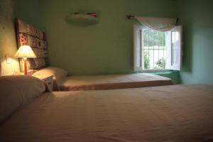 A bed or beds in a room at Casa Rural del Horno