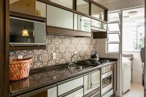 Una cocina o zona de cocina en Excelente apt para veraneio em Floripa!