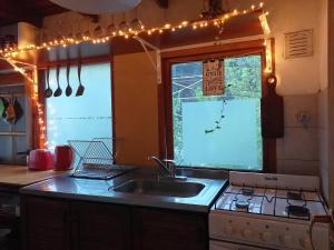 Una cocina o kitchenette en Dharma