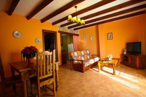 A seating area at Alojamientos Rurales la Fuente
