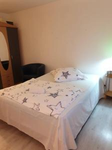Ein Bett oder Betten in einem Zimmer der Unterkunft Apartment im SI Centrum