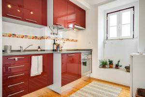 A kitchen or kitchenette at Bright & Charming loft in Alfama with sea-view