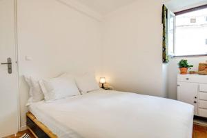 A bed or beds in a room at Bright & Charming loft in Alfama with sea-view