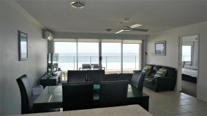 A seating area at Pacific Surf Absolute Beachfront Apartments