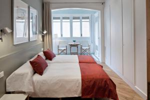 A bed or beds in a room at Habitat Apartments Rambla Deluxe