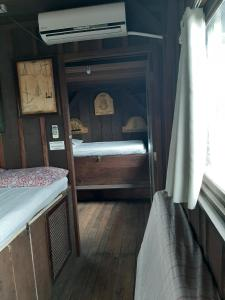 A bunk bed or bunk beds in a room at Encantadas Ilha do Mel- Beira Mar Merlin