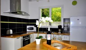 A kitchen or kitchenette at La valériane