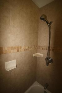 A bathroom at 1/1 bed&bath condos 5 min drive to Siesta