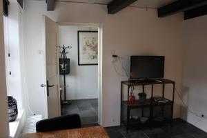 A television and/or entertainment center at Appartement 2 Bad Nieuweschans