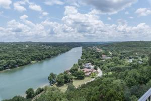 A bird's-eye view of THE ARRIVE ELEVATED ESTATE ON LAKE AUSTIN estate