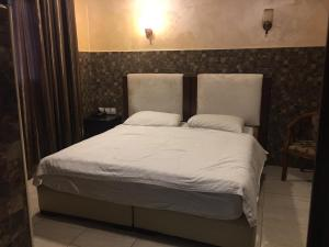 A bed or beds in a room at Alfahad
