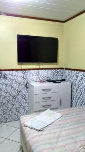 Una televisión o centro de entretenimiento en Residencia Ponta da Barra