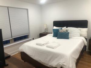 Un ou plusieurs lits dans un hébergement de l'établissement Kenshō Homes at Baring St.
