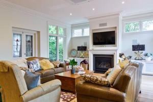 Uma área de estar em Luxury Inner-Melb 5 brm home, close to everything