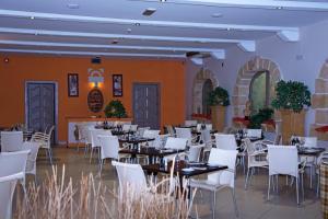 Een restaurant of ander eetgelegenheid bij White Dolphin Complex