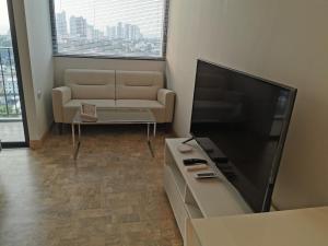 Телевизор и/или развлекательный центр в Pattaya Posh Condominium