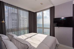 A bed or beds in a room at Veranda Residence by MonthStayz