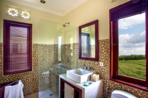 A bathroom at Tiga Samudra Villa
