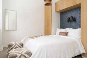 A bed or beds in a room at Sonder — Quartier des Spectacles