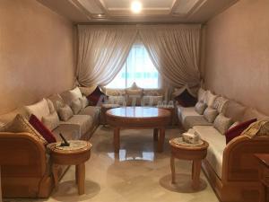 A seating area at belle appartement proche de l'aeroport