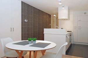 Een keuken of kitchenette bij Luxury Suite Koksijde 402 Adult only