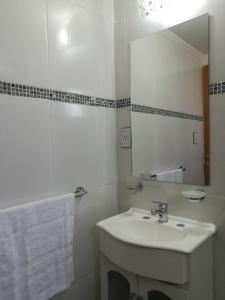 Un baño de Mini departamento en El Bolson centro 2