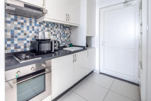 A kitchen or kitchenette at Frank Porter - Palm Views West