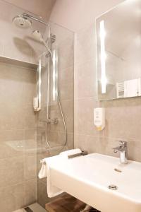 A bathroom at Daxburg Apartments
