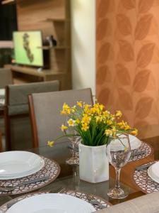 A restaurant or other place to eat at ESPETACULAR Apto 02 Qtos na Praia de Camburi