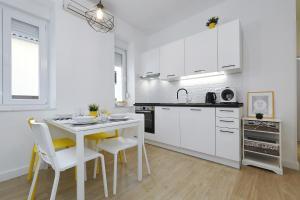 A kitchen or kitchenette at Idassa bridge apartments